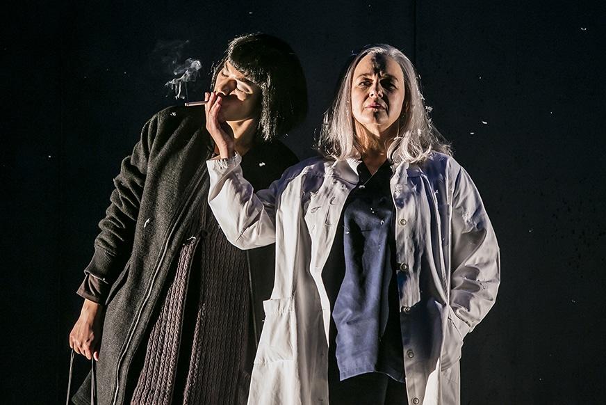 Zahme Zornige: Andine Pfrepper und Franziska Sörensen im neuen Stück des Theaters Regensburg. Bild: Theater Regensburg / Jochen Quast.