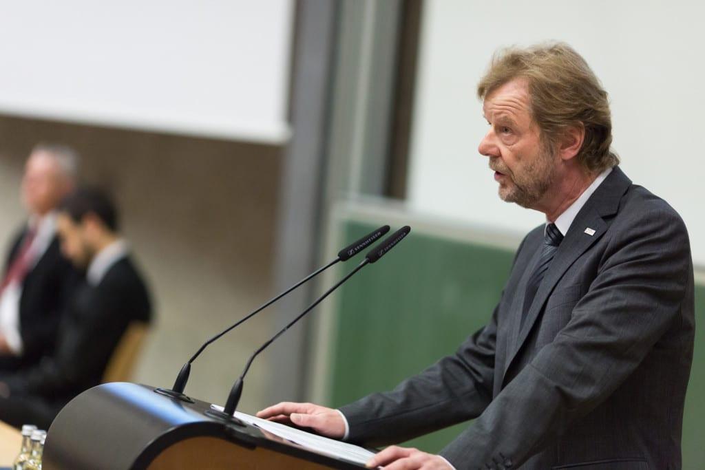 Jahresrückblick:  Prof. Dr. Wolfgang Baier, Präsident der OTH Regensburg, berichtete von den Erfolgen, welche die OTH Regensburg im vergangenen Jahr vorzuweisen hat.  Fotos: OTH/ Paul Mazurek