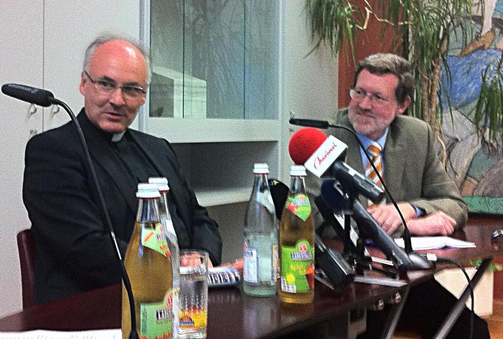 Schwindelerregende Verbindungen zu den Domspatzen: Der Journalist Karl Birkenseer (hier bei einem Gespräch mit Bischof Voderholzer im Regensburger Presseclub). Foto: Archiv