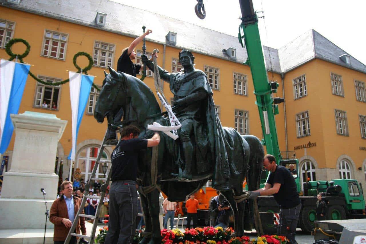 Hier strotzte er noch vor Kraft und Standfestigkeit: Der in Gurte gespannte König Ludwig bei seiner Aufstellung 2010. Tragisch: Jetzt verträgt er nicht einmal mehr ein Bettlaken. Foto: archiv/ Staudinger