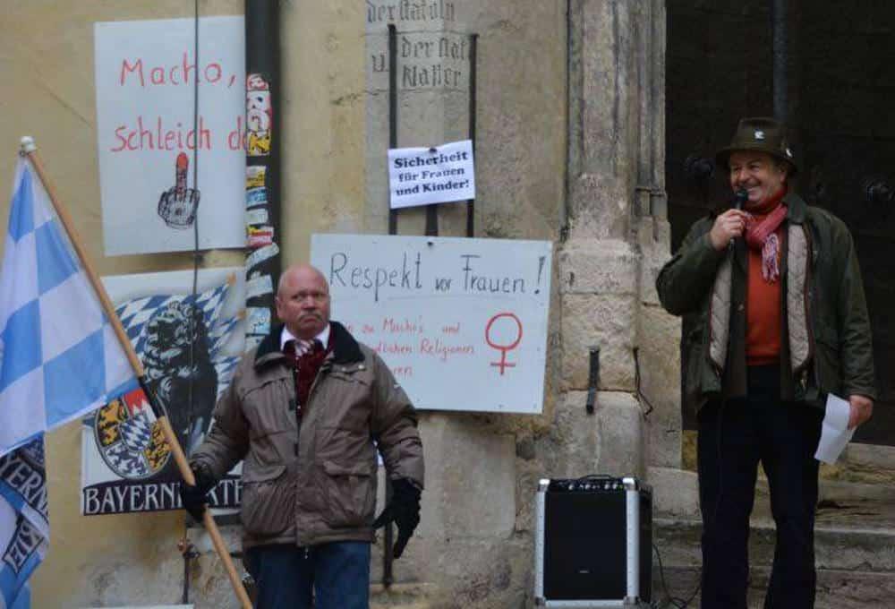 Fritz Zirngibl mit Fahnenträger vor dem Alten Rathaus. Alle Fotos: Thomas Witzgall