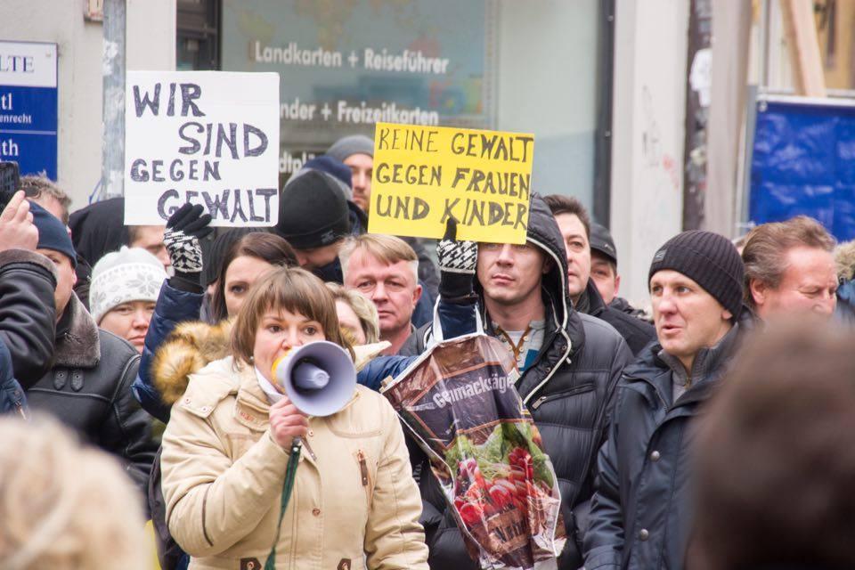 """""""Lisa, wir sind mit Dir."""" Eine behauptete Vergewaltigung war Anlass für Kundgebungen in mehreren Städten in Deutschland. In Regensburg nahmen über 400 Menschen teil. Fotos: Thomas Witzgall"""
