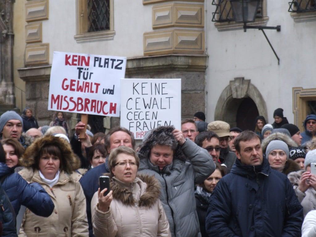 Am Sonntag demonstrierten rund 400 Menschen. Der konkrete Anlass erweist sich nun als Lügengeschichte. Foto: Aigner