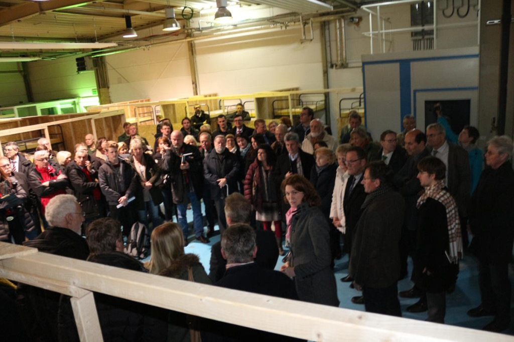 Eröffnung der Informationsveranstaltung in der Krontec-Halle in Neutraubling. Mehrfach gab es Applaus. Fotos: Knott