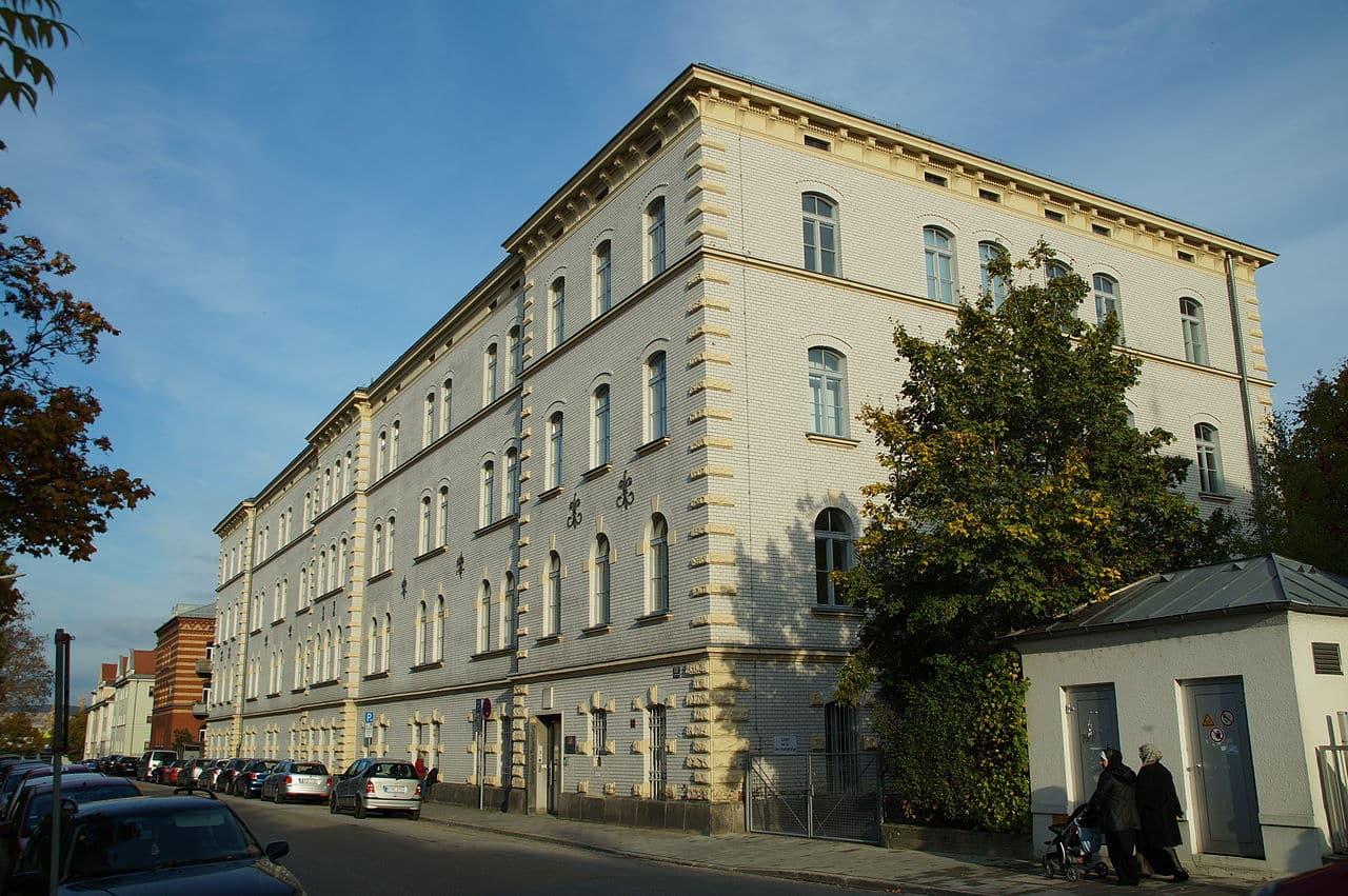 Bis über zwei Jahre kann es dauern, bis eine Klage vor dem Sozialgericht Regensburg entschieden wird. Foto Johanning/ Wikimedia Commons
