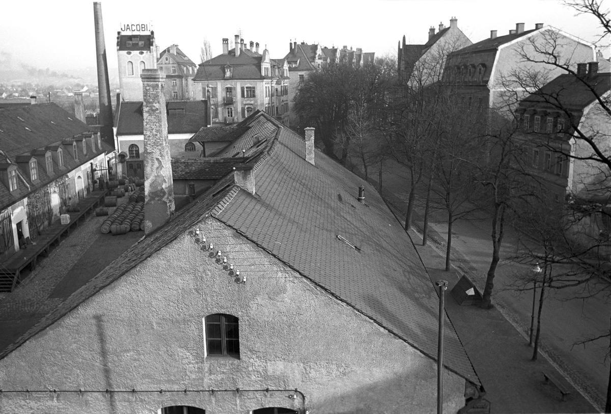 Die Spirituosenfabrik Jacobi gab dem jetzigen Parkplatz seinen Namen. Das Gebäude wurde durch Bomben zerstört und in den 50er Jahren abgebrochen. Foto: Stadt Regensburg