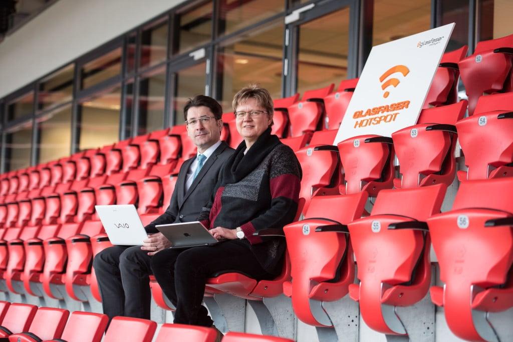 Geschäftsführer der RBB Manfred Koller (v. l.) und Vertriebsleiterin der R-KOM Sabine Spangler testen das freie WLAN in der Continental Arena. Foto: RBB