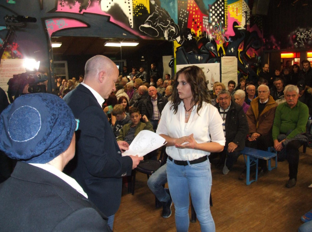 Die Initiatorin übergibt 450 Unterschriften gegen eine Flüchtlingsunterkunft an OB Wolbergs. Fotos: as