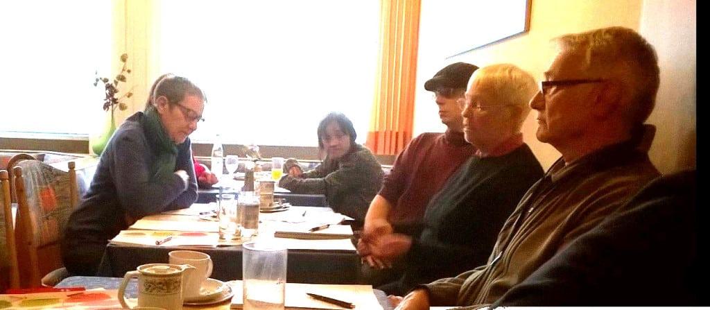 Die bisheriger Kreis- und nun Bezirksvorsitzende Luise Gutmann (links), gegenüber ihr Stellvertreter Martin Merkl (mit Kappe)  beim Rechenschaftsbericht.