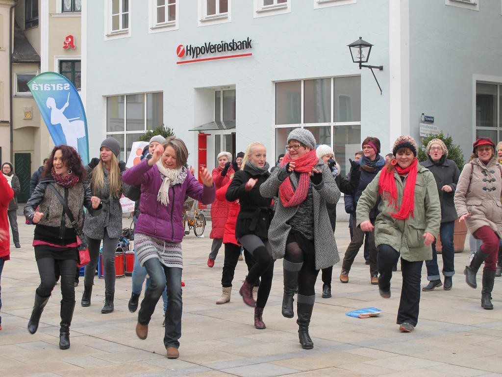 Esther Burkert und Michaela Schindler bei One Billion Rising 2015 auf dem Neupfarrplatz. Foto: privat