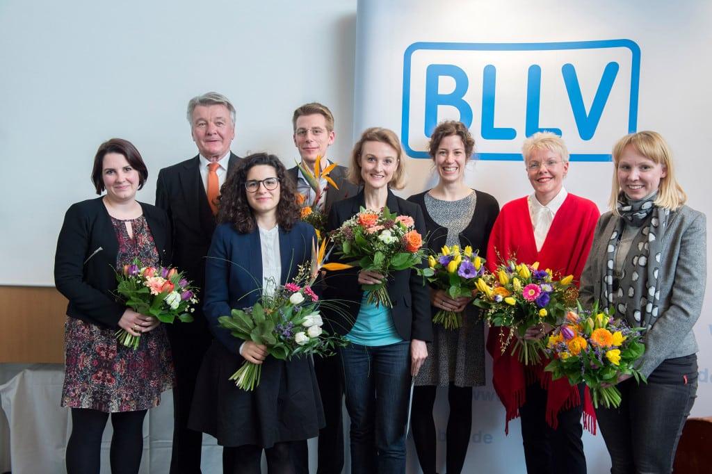 Freut sich über den Preis: Prof. Stöger von der Universität Regensburg (5. von links). Überreicht wurde er ihr von BLLV-Ehrenpräsident Klaus Wenzel (2. von links) und BLLV-Präsidentin Simone Fleischmann Foto: BLLV