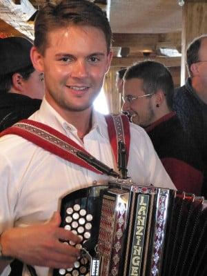 Hier noch der nette Volksmusikant: Florian Fesl 2013. Foto: Heiko1966/ Wikimedia Commons