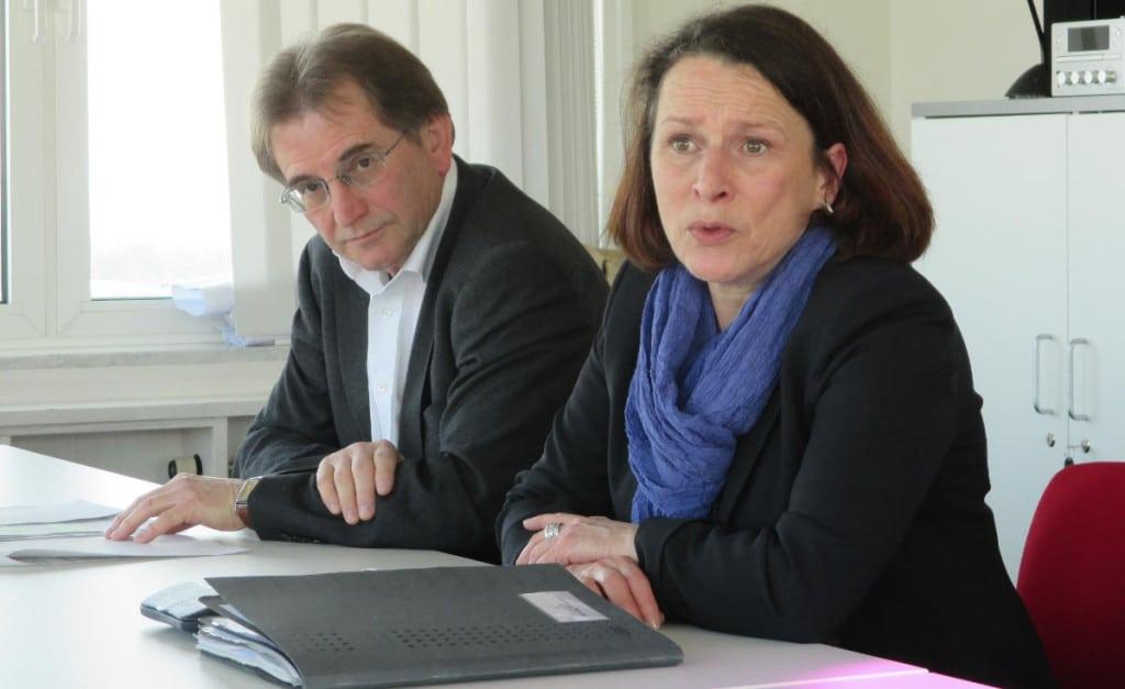 """Sozialbürgermeisterin Maltz-Schwarzfischer (mit Sozialamtsleiter Wilhelm Weinmann): """"Ich halte es für eine normale und logische Sache, dass man sich aktiv um diese Menschen kümmert."""""""