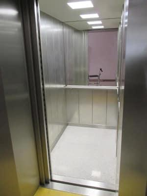 Der neue Aufzug: zu klein für einen bettlägrigen Bewohner und seinen Betreuer.
