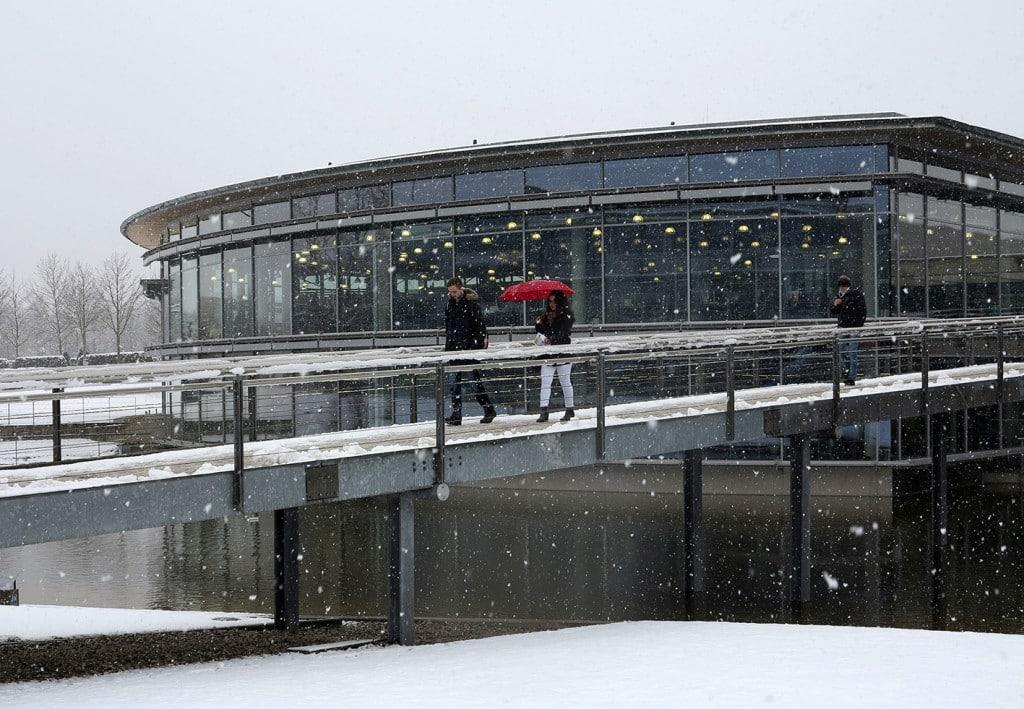 Überraschendes Schneetreiben am Campus der OTH Regensburg. Währenddessen starteten rund 600 Studienanfängerinnen und Studienanfänger im Hörsaal S 054 ins Sommersemester 2016.  Fotos: OTH Regensburg