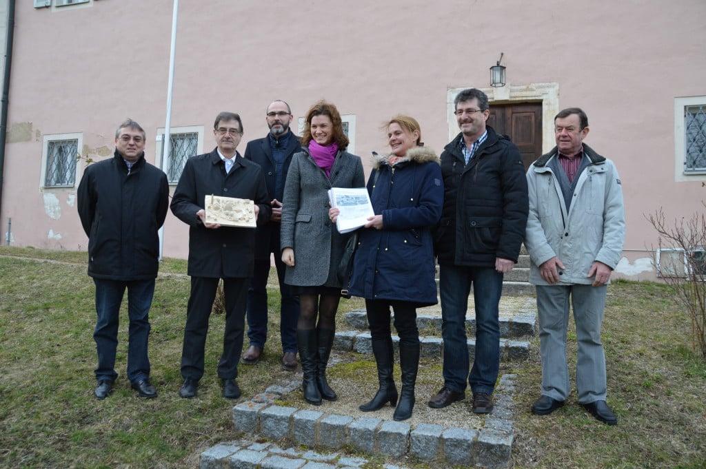 Landrätin Tanja Schweiger (4. von links) und Kulturreferent Dr. Thomas Feuerer (3. von links) ließen sich von Prof. Joachim Wienbreyer (2. von links) und Prof. Dr. Birgit Scheuerer das Ergebnis des Kooperationsprojekts zeigen. Mit dabei waren auch 1. Bürgermeister Harald Herrmann (1. von links) und 2. Bürgermeister Johann Obermeier (6. v. links) sowie Hausmeister Werner Schlag.
