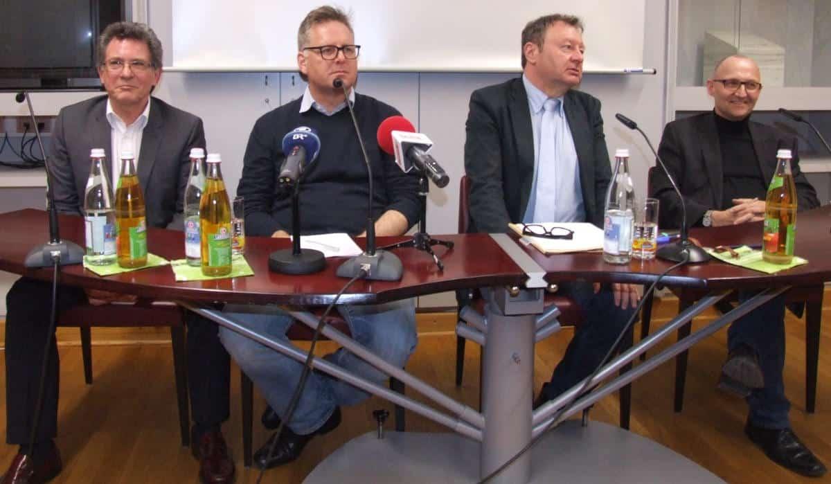 Unvollständiges Podium: Ludwig Faust, Rudolf Neumaier, Moderator Gerhard Schiechl um Dochchormanager Christof Hartmann. Das Bistum weigerte sich, einen Vertreter zu schicken. Fotos: as