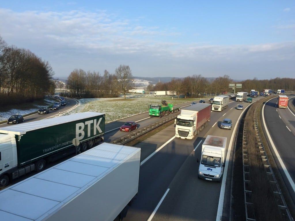 Viel Personen- und Lastverkehr am Autobahnkreuz Regensburg