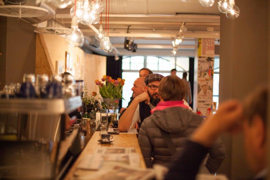 """Gelegenheit zum zwanglosen Austausch bietet das """"Degginger"""" jeden ersten Dienstag im Monat beim Netzwerktreffen des kreativForums Regensburg (Bild: Robert Hiltl)."""