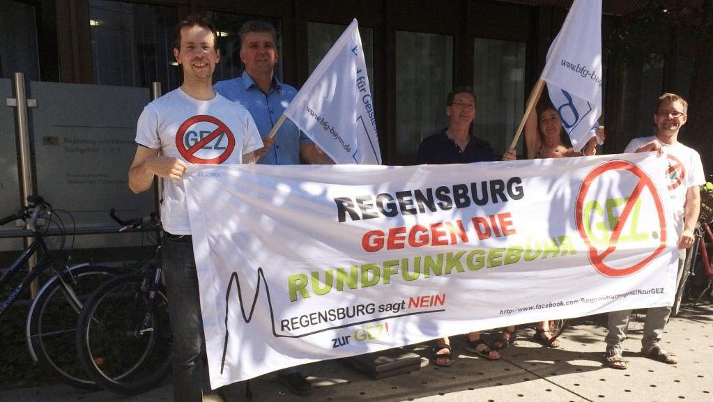 Die Regensburger Anti-GEZ-Initiative in Aktion. Links nebeneinander die beiden Sprecher Michael Kraus und Frank Hagen. Hagen klagt am 11. April vor dem Verwaltungsgericht. Foto: privat