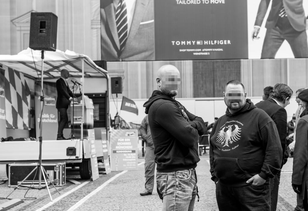 """Auf Du und Du: Der rechtsextreme """"Bund deutscher Patrioten"""" bei einer AfD-Veranstaltung in München. Foto: Houmer Hdtz"""