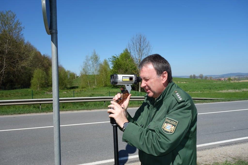 Polizeihauptkommissar Georg Bayerl von der Polizeiinspektion Cham sorgte mit dem Einsatz des Laser-Messgerätes für mehr Sicherheit auf den Verkehrswegen um die Kreisstadt.