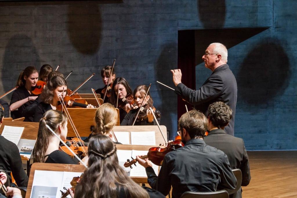 Graham Buckland als Dirigent der Orchester der Universität. Bildnachweis: Universität Regensburg, Referat II/2, Matthias Weich
