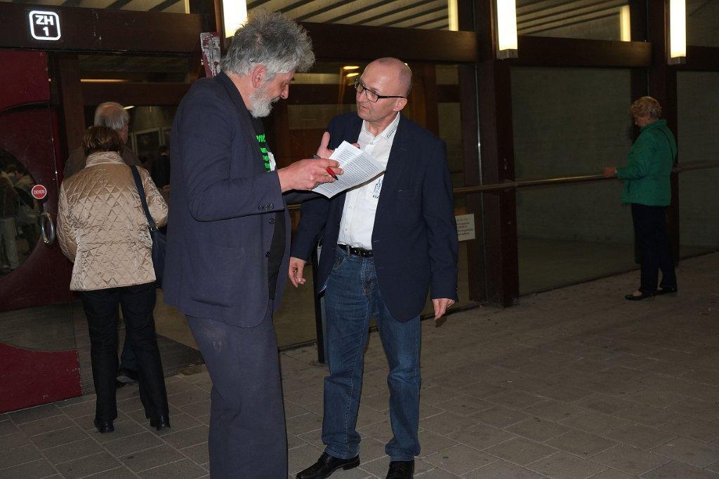 Diskussion vor dem Hörsaal-Gebäude: Wolfgang Blaschka und Chormanager Christof Hartmann. Fotos: Herbert Baumgärtner