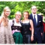 """Sie strahlen vor Glück: Beatrix von Storch im Kreis ihrer neuen Familie. Foto: Staudinger/ """"Bluter, Irre, Farbenblinde"""""""