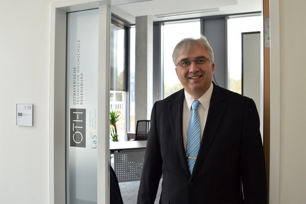 Prof. Dr. Jürgen Mottok ist von den neuen Räumlichkeiten des OTH-Labors LaS³ in der TechBase begeistert. Foto: OTH Regensburg