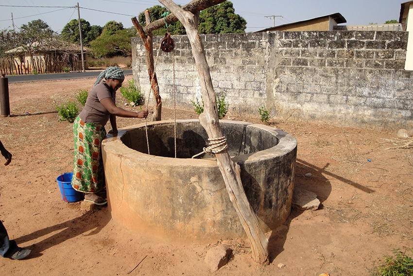 Wasserschöpfen am Brunnen in Baila. Studierende der OTH Regensburg berichten über Hilfsprojekt in Senegal. Foto: OTH Regensburg/privat