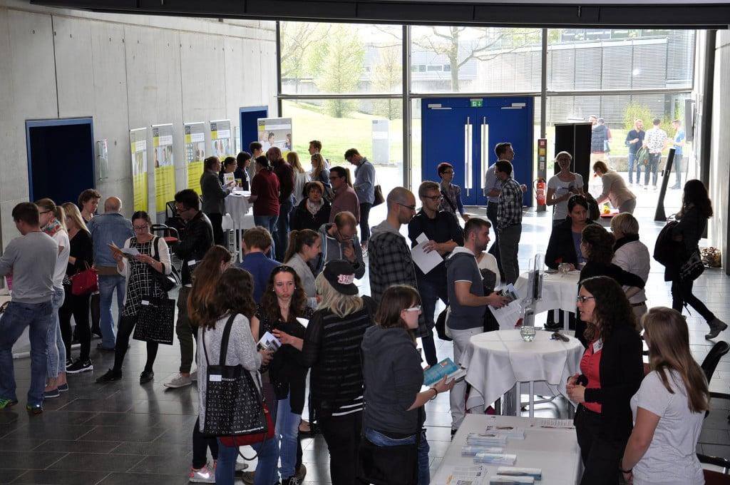 Die rund 200 Besucher und Besucherinnen des Weiterbildungstags der OTH Regensburg informierten sich an den verschiedenen Infoständen und Themeninseln über die vielen berufsbegleitenden Studien- und Weiterbildungsangebote. Foto: OTH Regensburg