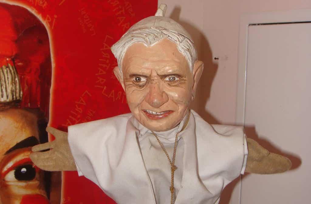 Schon vor Jahren erfuhr Papst Benedikt eine Würdigung durch das Kasperltheater Larifari. Foto: Archiv