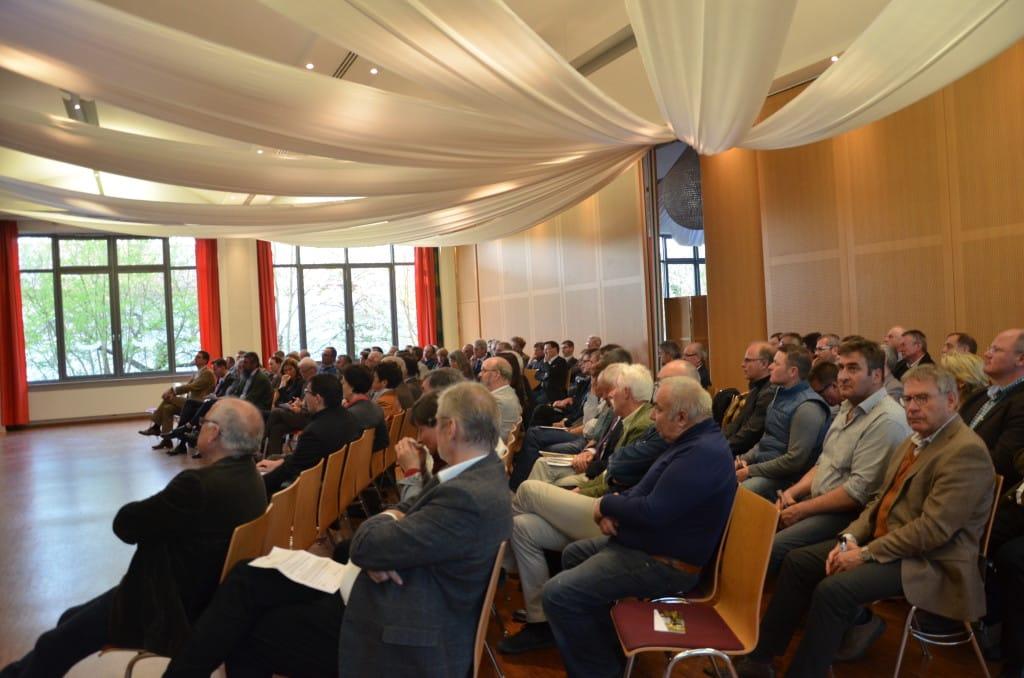 """Zur Podiumsdiskussion """"Auswirkungen des Klimawandels auf die Wasserversorgung im Landkreis Regensburg"""" waren rund 100 Gäste ins Rathaus-Restaurant Barbing gekommen."""