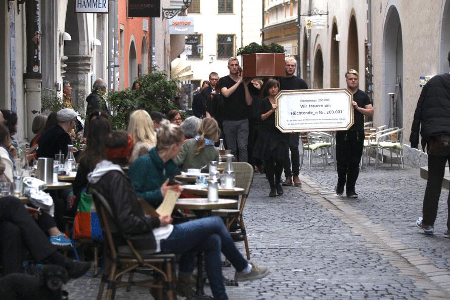 Die Trauergemeinde am Freitagabend in der Regensburger Innenstadt. Foto: Michael Heinrich
