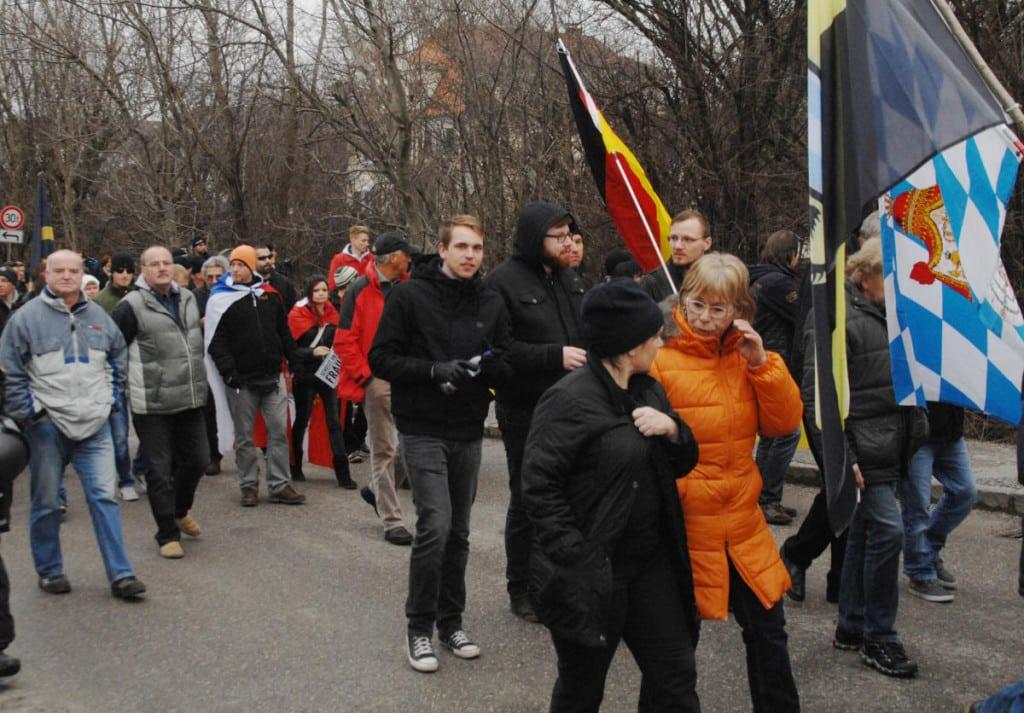 Derksen, hier auf einem Aufmarsch der Identitären Bewegung in Freilassing im Januar, verteilte am infostand Flyer und filmte. Foto: Archiv/Robert Andreasch