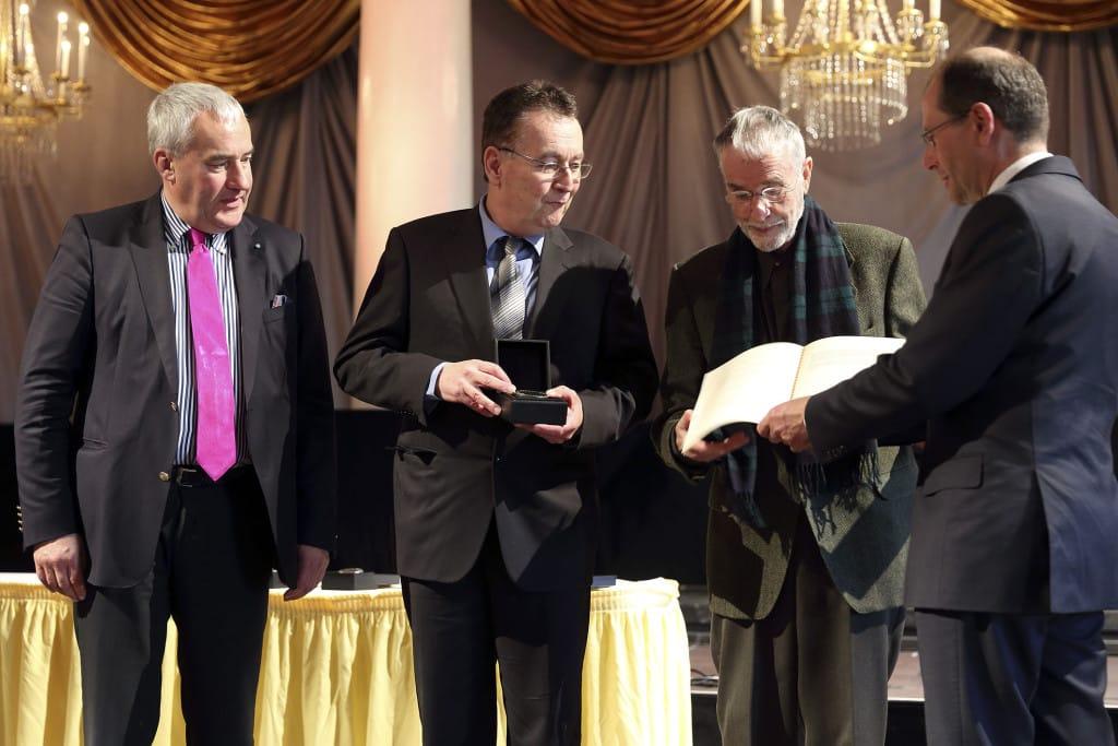 November 2015: Staatsminister Ludwig Spaenle übbereicht den Deutschen Denkmalpreis an Peters Morsbach und Herbert Brekle von den Altstadtfreunden. Foto: Stadt Regensburg/ Peter Ferstl