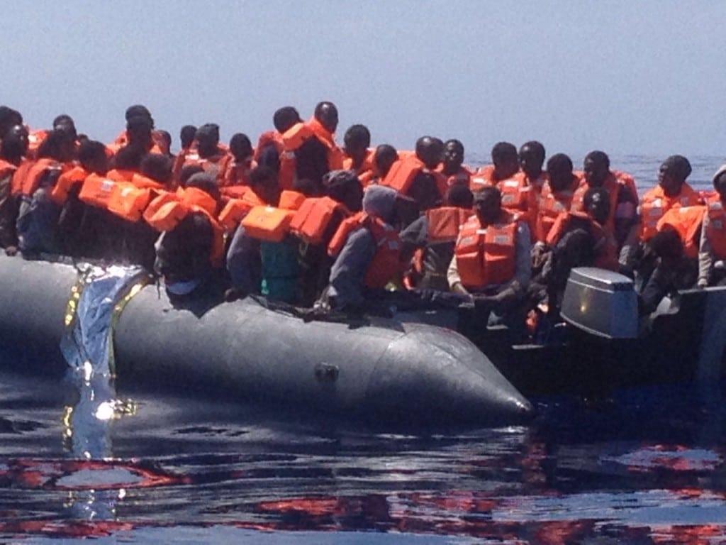 """""""Menschenverachtende Geschäftemacher"""": Mit dem Schlauchboot durch Zwei-Meter-Wellen."""