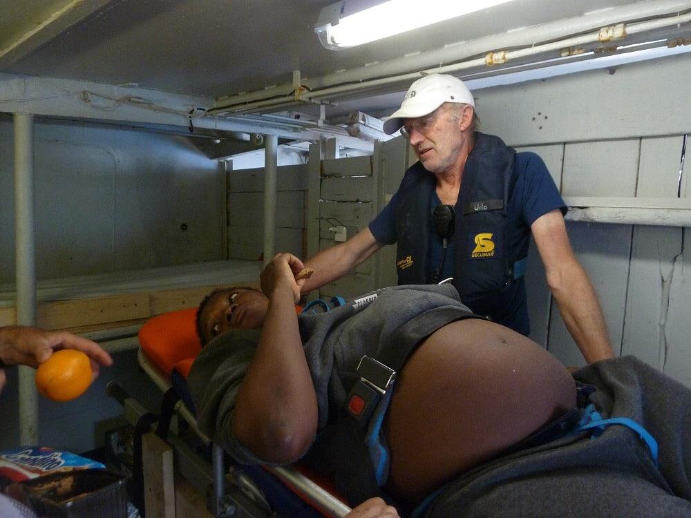 Eine schwangere Frau wird an Bord der Sea-Eye versorgt.