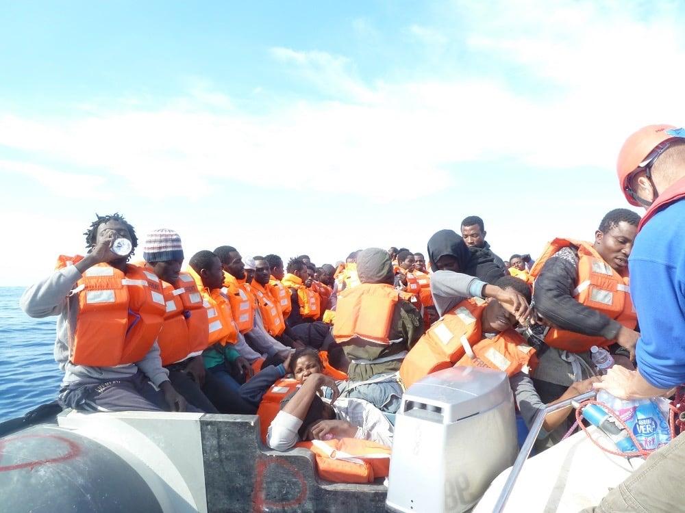 """Versorgung eines Schlauchboots mit Wasser und Rettungswesten: """"Viele wissen nicht, was sie erwartet."""""""