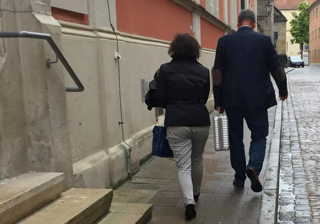 Zeit gewonnen: MZ-Anwalt Johannes Weberling und DSR-Geschäftsführerin Gabriele Köhler verlassen das Arbeitsgericht.