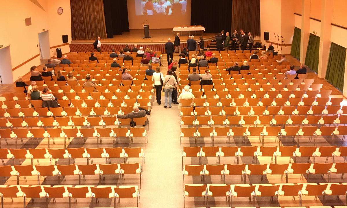 Der Antoniussaal um 19 Uhr. Das Interesse am Thema Flüchtlingsunterkünfte scheint nicht allzu groß zu sein. Foto: as