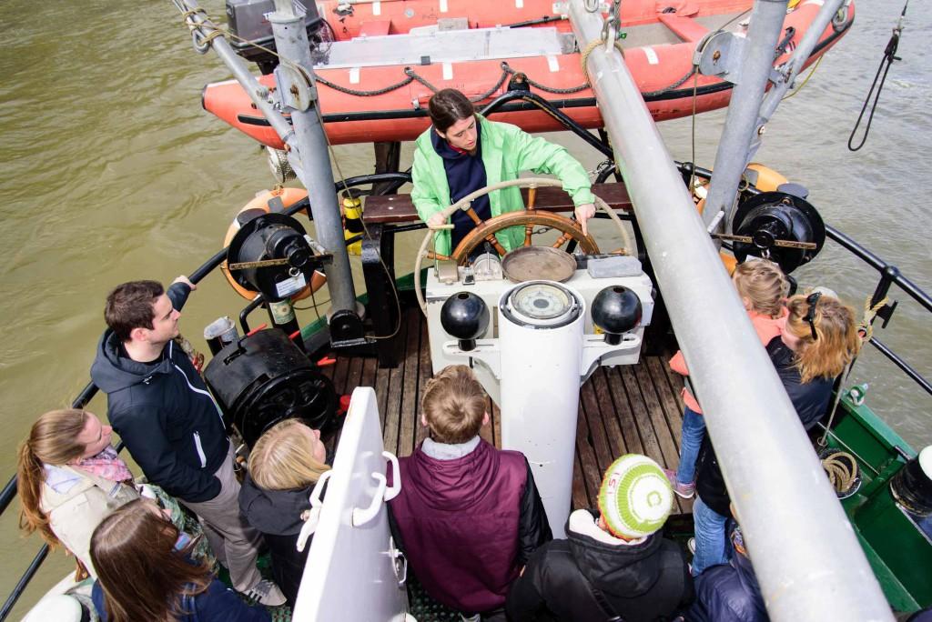 """Unter dem Motto: """"Wellemachen fuer den Schutz der Meere"""" tourt das Greenpeace Schiff Beluga II durch 15 Staedte in Deutschland (hier Koeln). Meerestier-Skulpturen aus Plastikmuell sind im Inneren der Beluga ausgestellt. Besucher sind eingeladen, an Bord zu erfahren, was der Schutz der Meere mit Plastikmuell zu tun hat."""