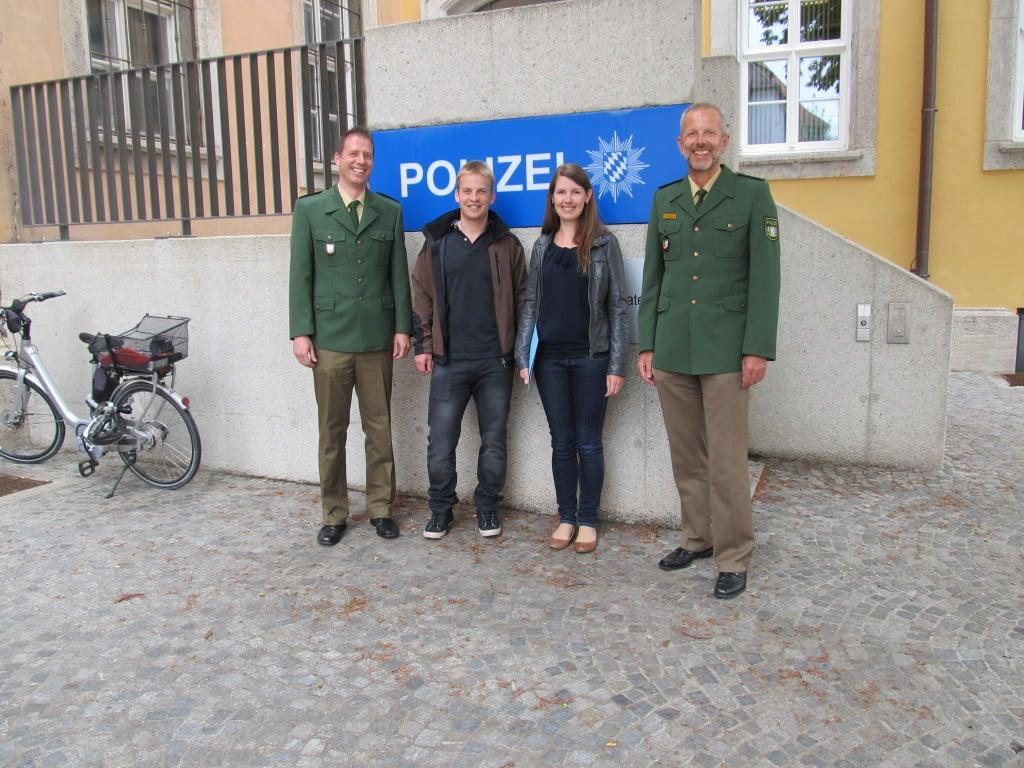 Lichtbild v.l.:  POK Amann, Herr Schäfer, Frau Gilbertson, Leitender PD Schöniger