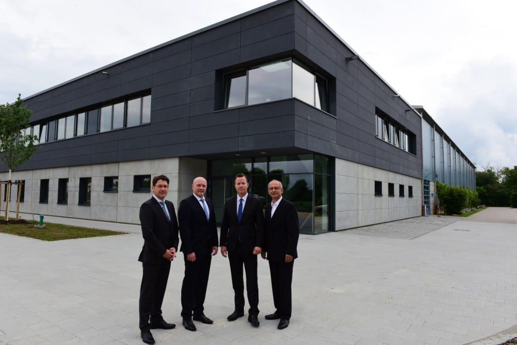 OB Wolbergs (2. V. li.), die Geschäftsführer der Stadtwerke Manfred Koller und Olaf Hermes und der Betriebsstellenleiter der Donau-Arena, Peter Lautenschlager (v. li.) eröffnen das neue Funktionsgebäude.