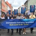 Auch OB Wolbergs (li. neben BJV-Vorsitzendem Busch) beteiligte sich am Schweigemarsch.