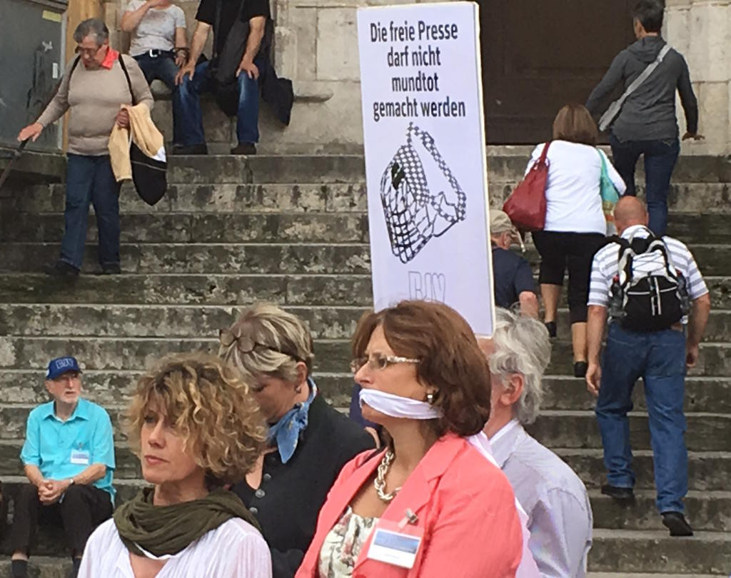Geknebelt durch die Regensburger Altstadt: Schweigemarsch für Pressefreiheit am Samstag. Fotos: as