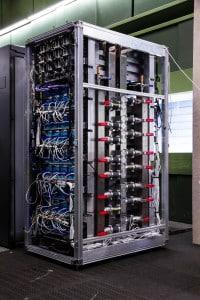 Kompakt: Der Supercomputer QPACE 2 mit seinen 15.872 Core samt 5,1 TByte Speicher ist nur der Prototyp für einen noch leistungsstärkeren Rechner (QPACE 3), der in diesem Jahr in Betrieb gehen wird. Bildnachweis: Dr. Stefan Solbrig