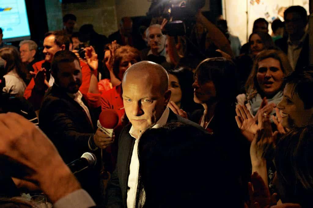 Gibt das Maskottchen für sein Verteidigungsblatt: OB Wolbergs. Foto: Archiv/ Starzinger