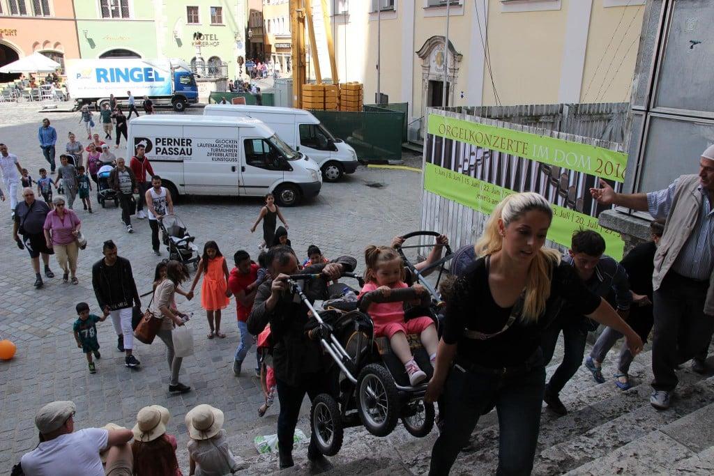 Balkan-Flüchtlinge besetzen den Regensburger Dom. Foto: Michael Bothner